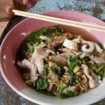 タイの珍味 豚の血入りラーメンとメー モッド タイの食べ物