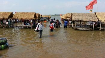 濡れずに行けないメコン川のレストラン タイの生活・風習