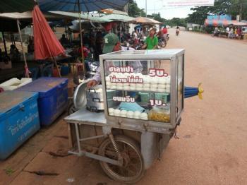 屋台でサラパーオ(豚まん)を買ってみた タイの食べ物